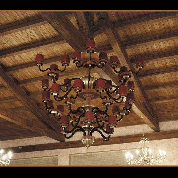 Lampadario in legno a 36 lampade